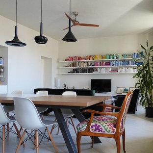 Diseño de biblioteca en casa abierta, contemporánea, grande, con paredes blancas, suelo de madera pintada y televisor independiente