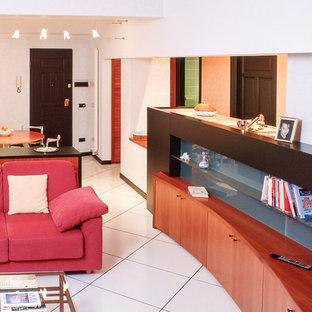 他の地域の中くらいのモダンスタイルのおしゃれなLDK (白い壁、磁器タイルの床、白い床) の写真