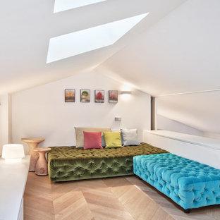 Idee per un soggiorno minimal stile loft e di medie dimensioni con pareti bianche e parquet chiaro