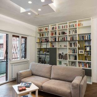 Foto di un soggiorno minimal aperto con parquet scuro, pavimento marrone e pareti bianche