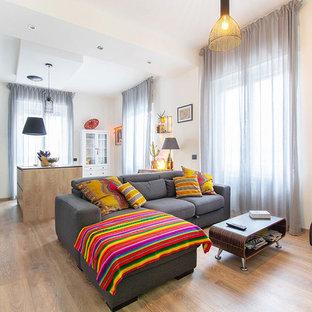 Esempio di un soggiorno scandinavo aperto con pareti bianche, parquet chiaro e pavimento beige