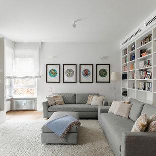 Esempio di un soggiorno contemporaneo con pareti bianche, pavimento in legno massello medio, parete attrezzata e pavimento marrone