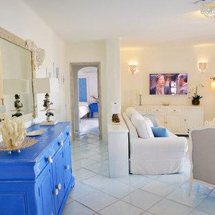他の地域の中サイズのビーチスタイルのおしゃれなLDK (白い壁、テラコッタタイルの床、壁掛け型テレビ) の写真