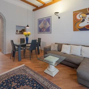 Idee per un soggiorno design chiuso con pareti bianche, pavimento in legno massello medio e pavimento marrone