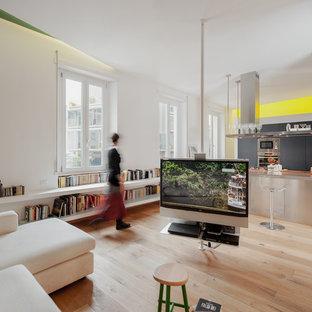 Ispirazione per un soggiorno contemporaneo aperto con parquet chiaro, pareti bianche e libreria