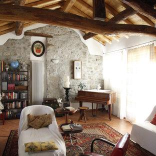 Ejemplo de salón con rincón musical abierto, rural, pequeño, con paredes grises y suelo de baldosas de terracota