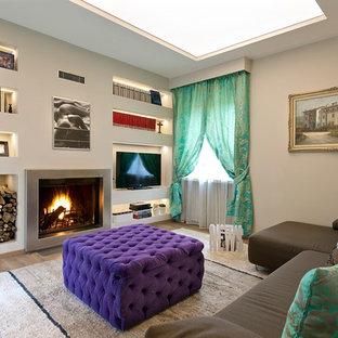Modern inredning av ett stort allrum med öppen planlösning, med vita väggar, ljust trägolv, en bred öppen spis, en spiselkrans i metall och en fristående TV