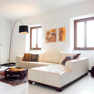 Immagine di un soggiorno mediterraneo con pareti bianche e pavimento bianco