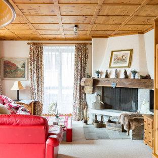 Esempio di un soggiorno rustico di medie dimensioni e chiuso con pareti bianche, moquette e camino ad angolo