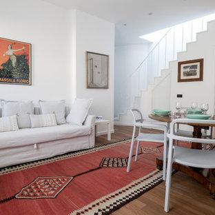 Idee per un soggiorno design aperto con pareti bianche e pavimento in legno massello medio