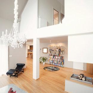 Inspiration pour une très grand salle de séjour nordique ouverte avec un mur blanc et un sol en bois clair.