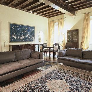Immagine di un soggiorno classico aperto con pareti beige e pavimento in terracotta