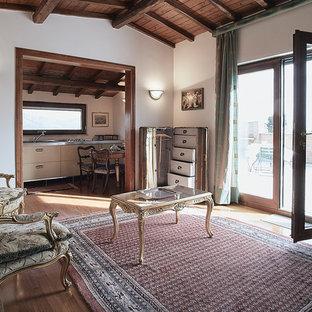 Ispirazione per un soggiorno tradizionale di medie dimensioni e aperto con pareti bianche e parquet scuro