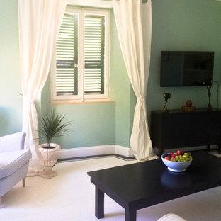 Idee per un soggiorno moderno di medie dimensioni e chiuso con pareti verdi, pavimento con piastrelle in ceramica, TV a parete e pavimento bianco