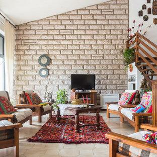 Ispirazione per un soggiorno boho chic aperto con pareti bianche, pavimento con piastrelle in ceramica e TV autoportante