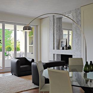 Esempio di un soggiorno contemporaneo di medie dimensioni e aperto con pareti beige, camino classico, cornice del camino piastrellata, nessuna TV e pavimento marrone