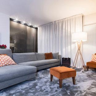 Esempio di un soggiorno contemporaneo di medie dimensioni e aperto con pareti bianche, pavimento in legno massello medio e pavimento marrone