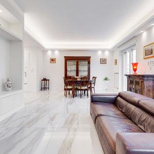 Idee per un soggiorno minimal aperto con pareti bianche, TV a parete e pavimento bianco