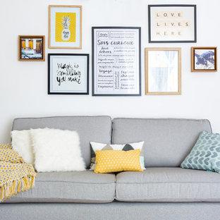 Modelo de sala de estar escandinava, de tamaño medio, con paredes blancas