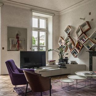Foto di un soggiorno industriale con pareti bianche, pavimento in legno massello medio, camino classico, TV autoportante e pavimento marrone