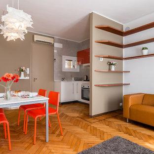 Immagine di un soggiorno design aperto con pareti marroni e pavimento in legno massello medio
