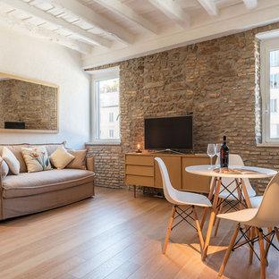 Ispirazione per un soggiorno mediterraneo aperto con pareti bianche, parquet chiaro, pavimento beige, nessun camino e TV autoportante