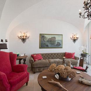 Immagine di un ampio soggiorno mediterraneo con pareti bianche e soffitto a volta