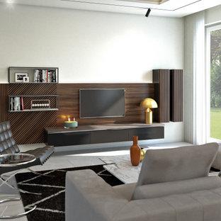 Diseño de biblioteca en casa abierta, bandeja y madera, minimalista, de tamaño medio, sin chimenea, con paredes blancas, suelo de baldosas de porcelana, pared multimedia, suelo gris y madera