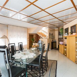 Immagine di un grande soggiorno design aperto con pareti gialle e pavimento con piastrelle in ceramica