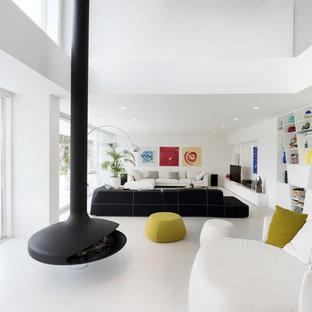 Immagine di un soggiorno design aperto con pareti bianche, TV autoportante, pavimento bianco, sala formale, camino sospeso e cornice del camino in metallo