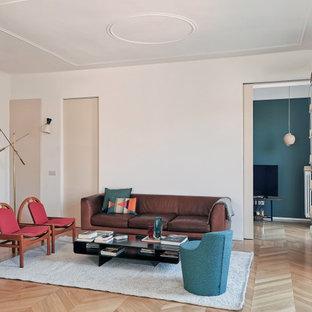 Idee per un soggiorno minimal con pareti bianche, parquet chiaro e pavimento beige
