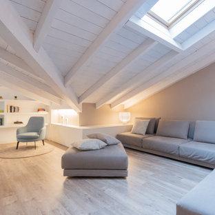 Foto di un soggiorno design di medie dimensioni e aperto con libreria, pavimento in laminato, pavimento marrone, pareti grigie, travi a vista, soffitto in perlinato e soffitto a volta