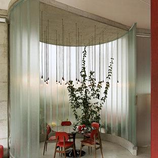 Esempio di un soggiorno contemporaneo con pavimento in cemento