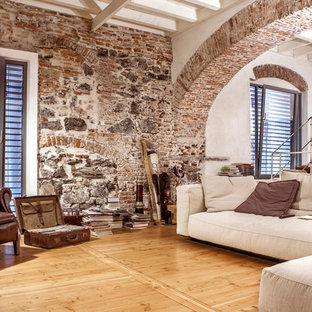 Esempio di un soggiorno industriale di medie dimensioni con pareti bianche e parquet chiaro