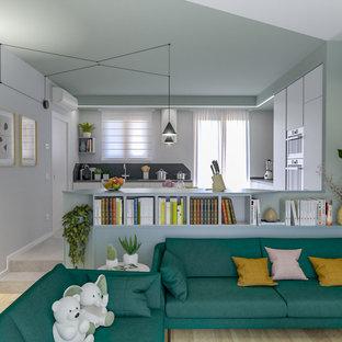 Esempio di un soggiorno nordico di medie dimensioni e aperto con libreria, pareti multicolore, parquet chiaro e TV a parete