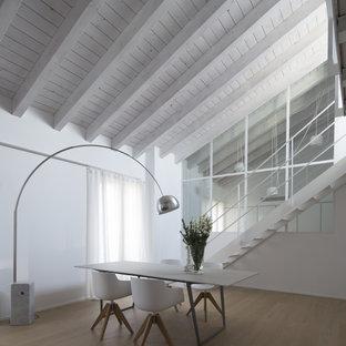 Ispirazione per un soggiorno design di medie dimensioni con pareti bianche e pavimento beige