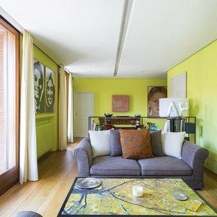 Immagine di un soggiorno eclettico di medie dimensioni e aperto con pareti verdi e parquet chiaro