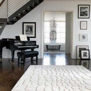 Esempio di un ampio soggiorno classico aperto con sala della musica, pareti bianche, parquet scuro, nessun camino e nessuna TV