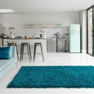 ミラノのミッドセンチュリースタイルのおしゃれなリビングロフト (白い壁、磁器タイルの床) の写真