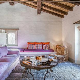 Idee per un soggiorno mediterraneo con pareti bianche, camino classico, nessuna TV e pavimento grigio