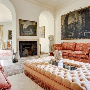 Ispirazione per un soggiorno mediterraneo con pareti bianche, camino classico e pavimento beige