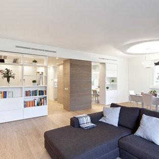 Idee per un grande soggiorno contemporaneo aperto con libreria, pareti beige, parquet chiaro, nessun camino, TV a parete e pavimento beige