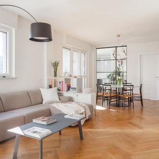 Idee per un soggiorno scandinavo aperto con pareti bianche, pavimento in legno massello medio, TV autoportante e pavimento marrone