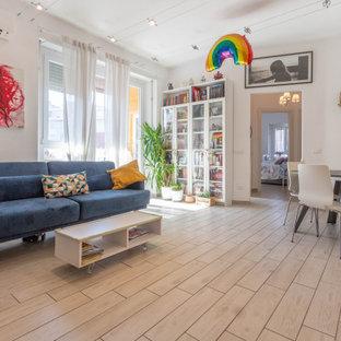 Immagine di un soggiorno eclettico chiuso con pareti bianche e pavimento beige