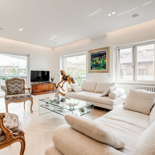 Immagine di un ampio soggiorno contemporaneo aperto con pareti bianche, parquet chiaro, cornice del camino in intonaco, pavimento beige e TV autoportante