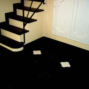 Ispirazione per un grande soggiorno chic aperto con pavimento in ardesia e pavimento nero