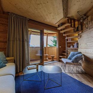 Ispirazione per un piccolo soggiorno stile rurale chiuso con pareti marroni, pavimento in legno massello medio e pavimento beige