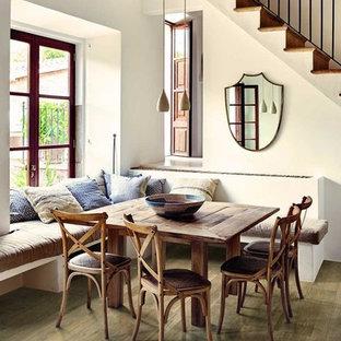 Foto di un soggiorno country con pavimento in gres porcellanato, pavimento marrone e pareti bianche