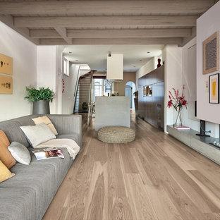 Esempio di un soggiorno moderno aperto con pavimento in gres porcellanato, pareti bianche e camino lineare Ribbon