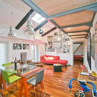 Ejemplo de salón abierto, actual, con paredes blancas, suelo de madera en tonos medios y suelo marrón
